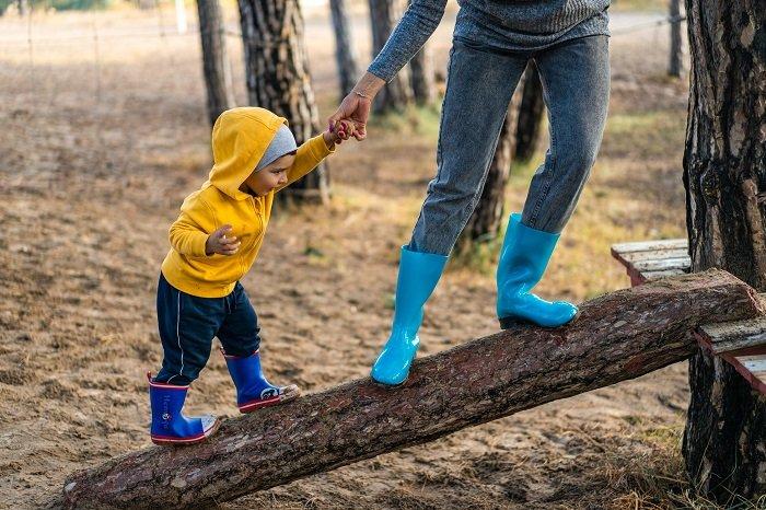 Em bé leo cây cùng bố mẹ.