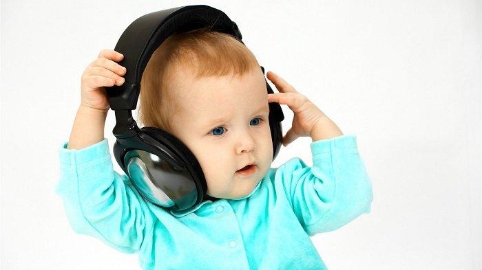 bé trai nghe nhạc