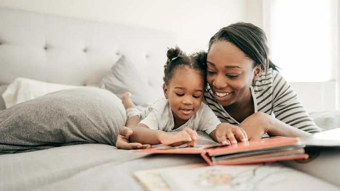 mẹ đọc sách cùng bé gái
