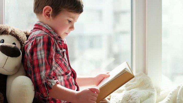 bé trai đọc sách