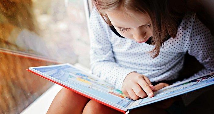 bé gái đọc sách