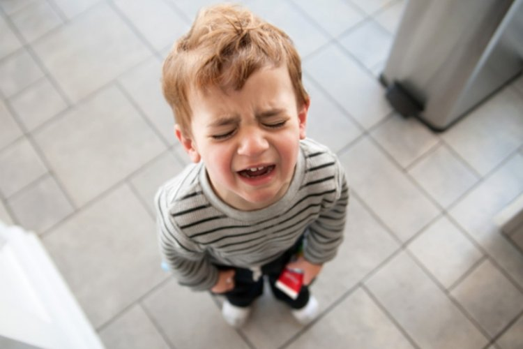 trẻ 2 tuổi hay cáu gắt ăn vạ và khóc lóc