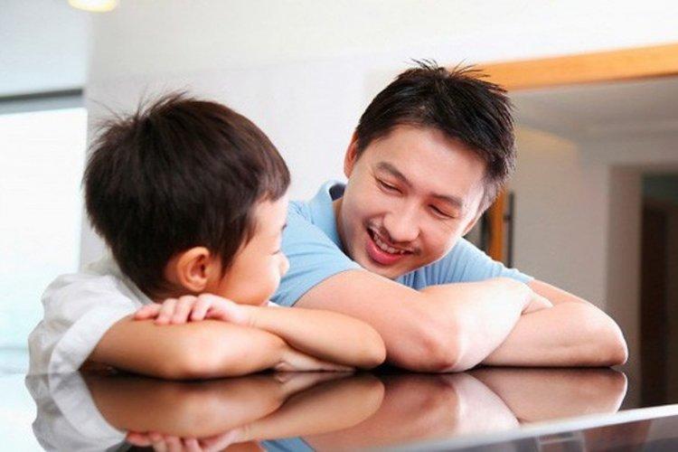 bố trao đổi, trò chuyện với con để cập nhật về tình hình dịch bệnh viêm phổi do virus nguy hiểm Covid-19 gây ra
