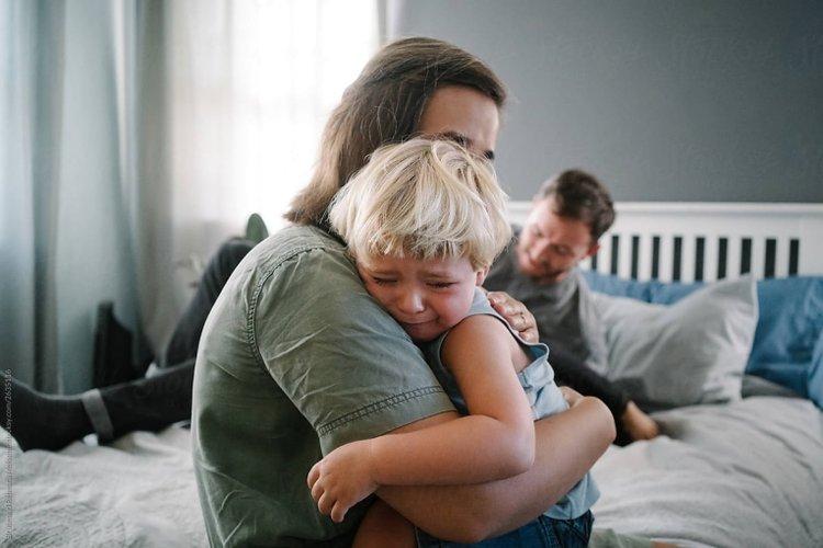 bố mẹ giữ bình tĩnh khi trẻ ăn vạ