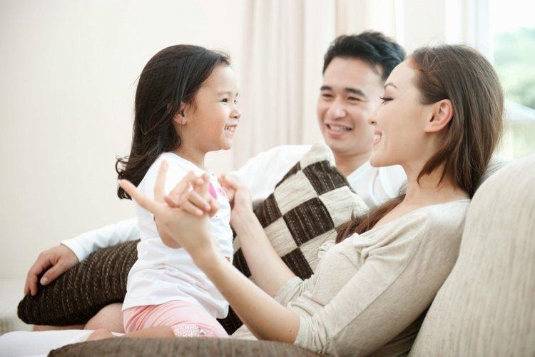 bố mẹ chia sẻ với con, giúp con giữ thái độ lạc quan nhưng vẫn có ý thức cao để phòng dịch covid-19