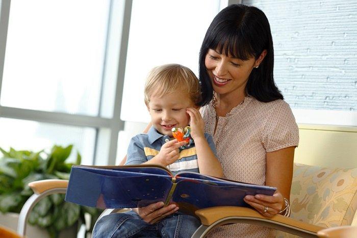 mẹ đọc sách cho con nghe