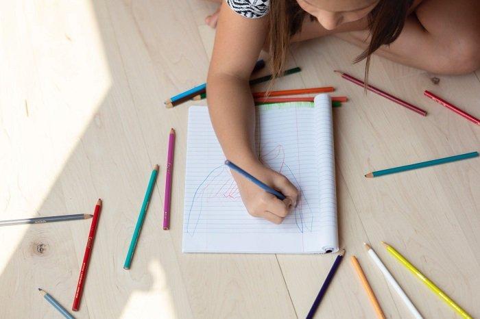 Em bé luyện trí tưởng tượng bằng cách vẽ