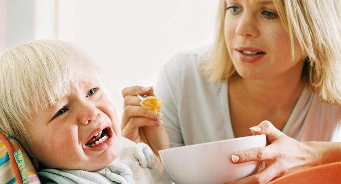 bé khóc khi ăn