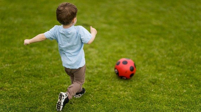 bé chơi đá bóng