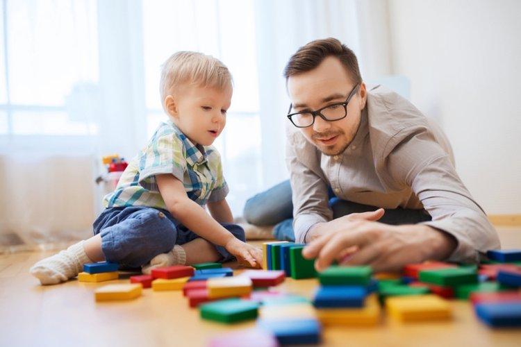 bố chơi với trẻ để thúc đẩy sự phát triển của trẻ