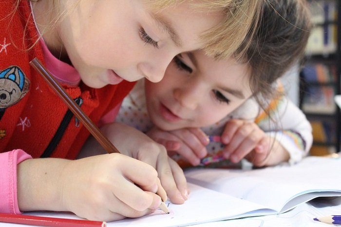 Hai bé gái yêu thích việc học vì không có áp lực học tập.