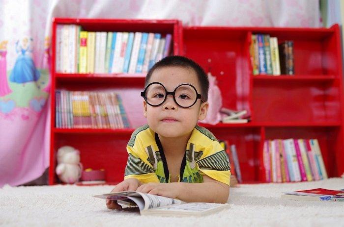 Áp lực học tập khiến bé trai chán nản bỏ học đi đọc truyện