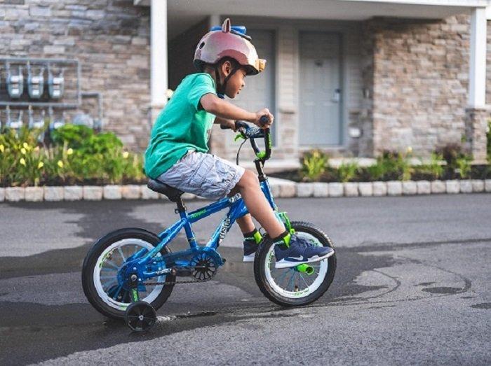 Em bé đi xe đạp.