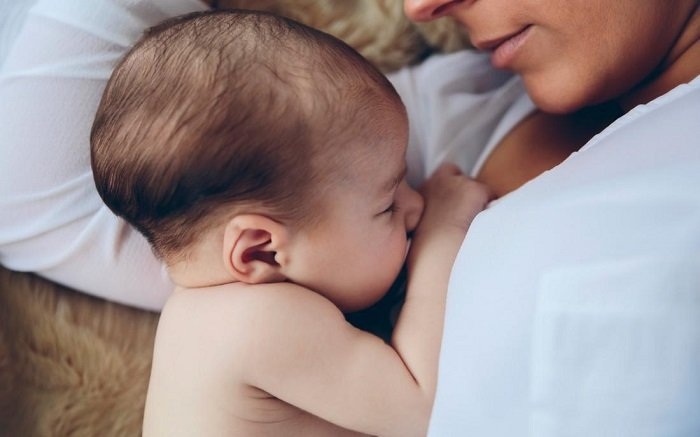 bé sơ sinh bú mẹ