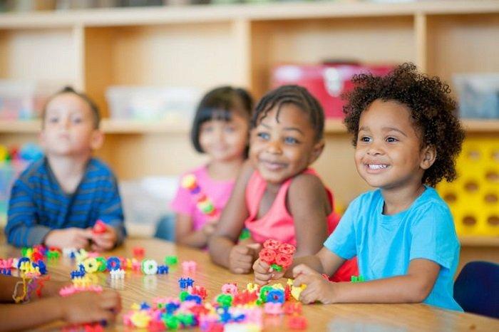 Em bé học theo phương pháp dạy trẻ thông minh sớm Montessori.