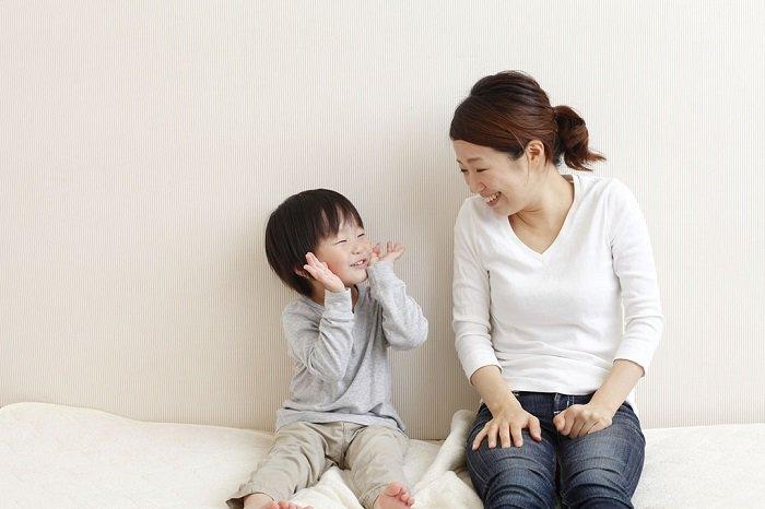 mẹ trò chuyện với con giúp trẻ phát triển ngôn ngữ