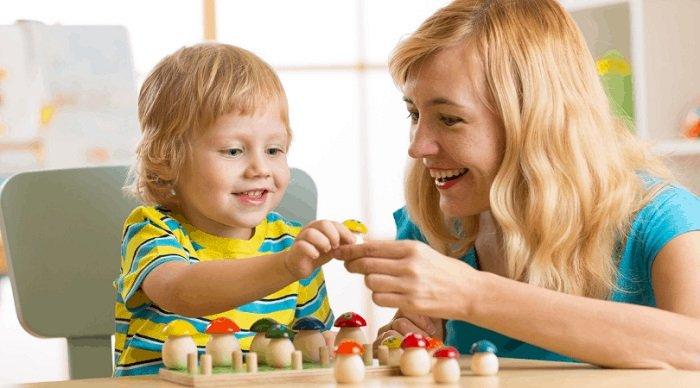mẹ chơi đồ chơi cùng bé