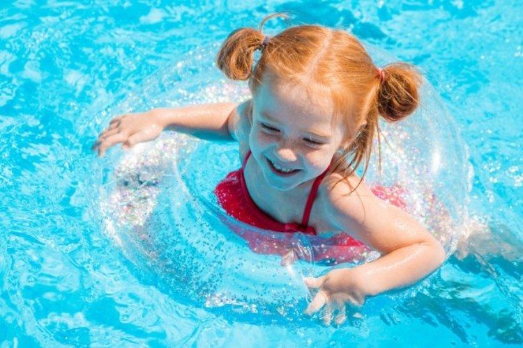bé gái chăm bơi lội nâng cao thể chất và tăng trưởng theo tiêu chuẩn bảng chiều cao cân nặng bé gái