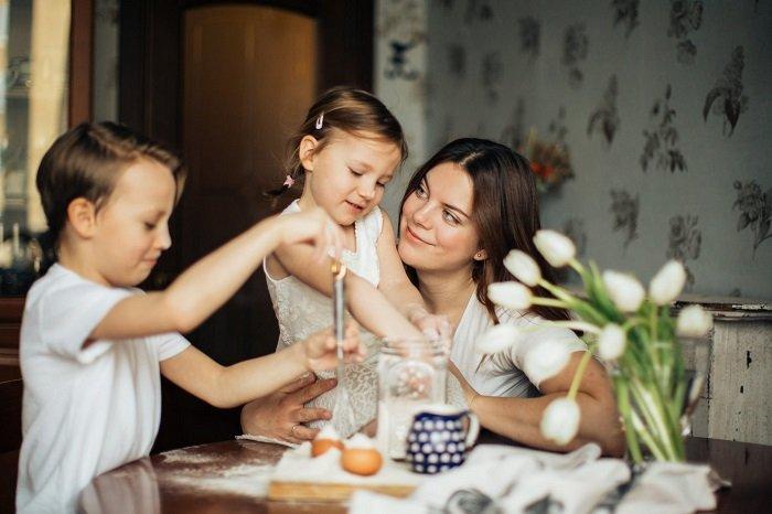Bố mẹ cho bé chơi cùng bạn, dạy bé thông minh sớm.