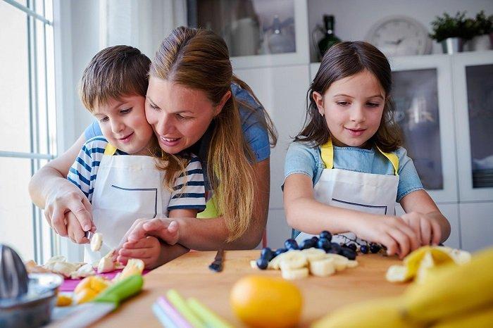 mẹ cùng bé nấu ăn