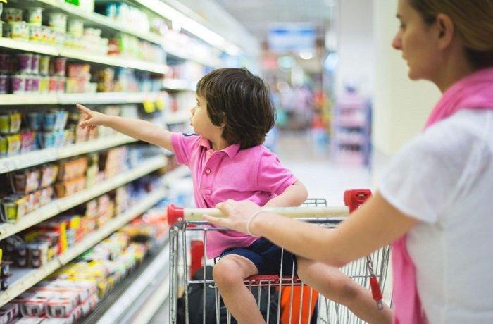 mẹ và bé đi siêu thị