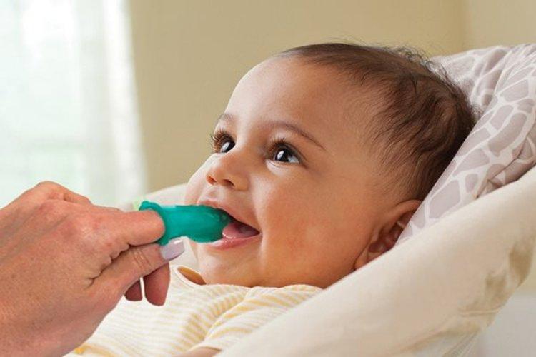 em bé mấy tháng mọc răng cần được mẹ vệ sinh răng miệng thật sạch sẽ