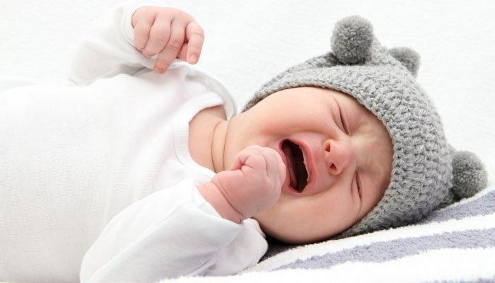Trẻ sơ sinh bị sốt nên khóc