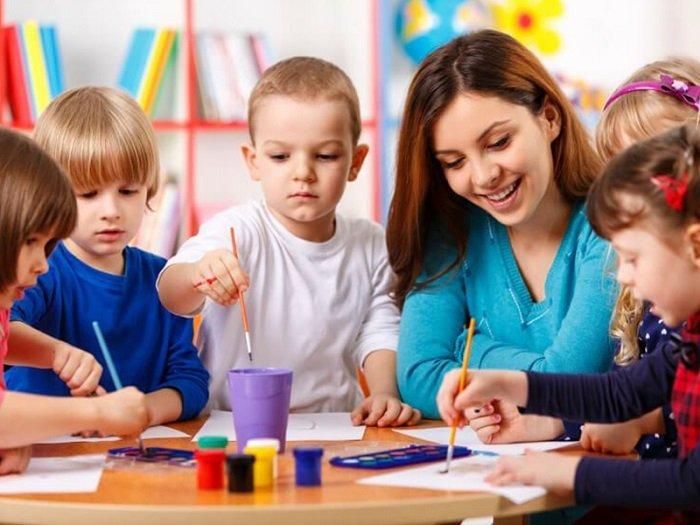 Giáo viên hướng dẫn trẻ mầm non.