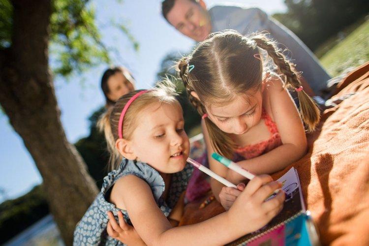 bố mẹ giúp trẻ kết bạn dễ dàng