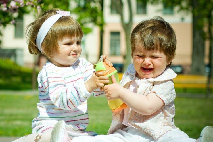 trẻ khó kết bạn vì thiếu kỹ năng giao tiếp