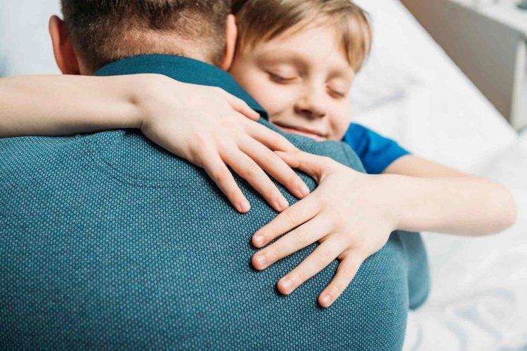 trẻ tiếp xúc với người lớn giúp trẻ tự tin và nâng cao kỹ năng giao tiếp