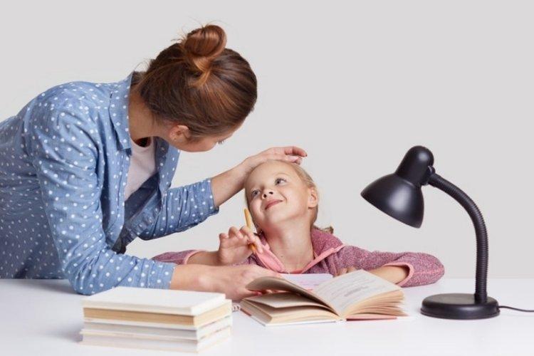 mẹ khen ngợi giúp trẻ tự tin hơn về bản thân