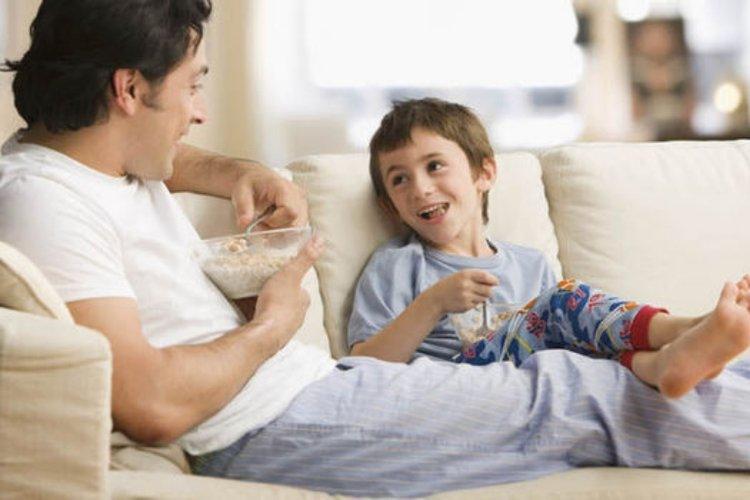 bố nói chuyện với trẻ và sử dụng từ ngữ đơn giản để cập nhật với trẻ về covid-19