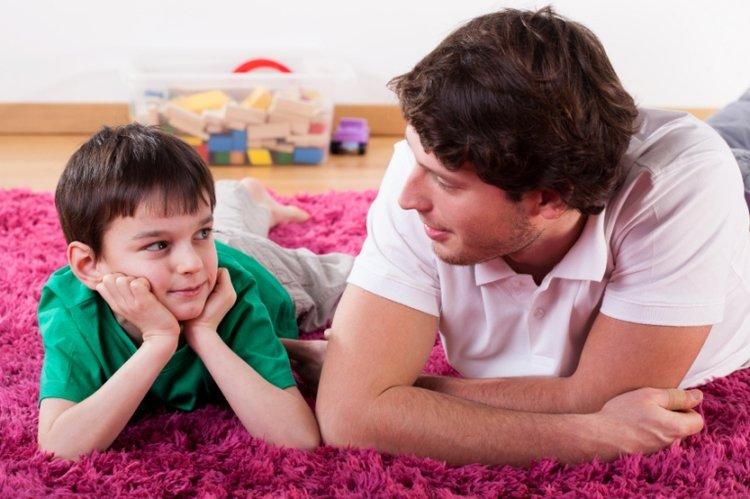 bố nói chuyện với trẻ để cập nhật thông tin về covid-19