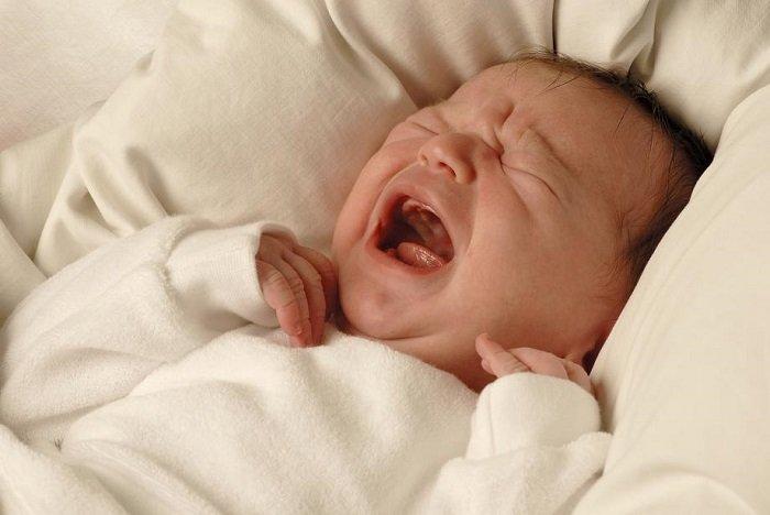 bé sơ sinh khóc lớn