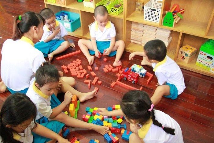 trẻ chơi đồ chơi cùng bạn bè