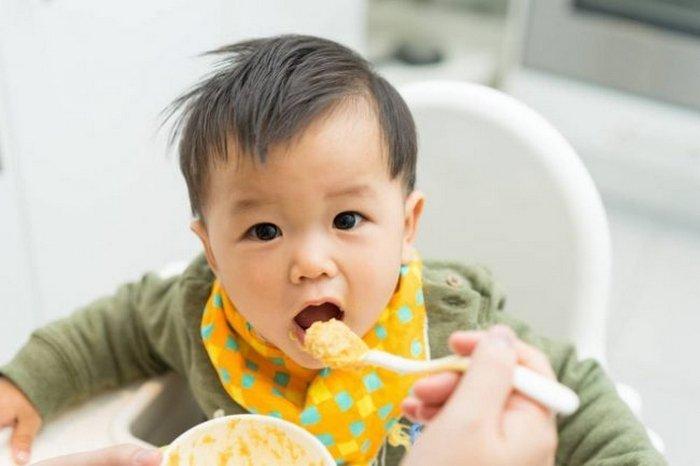 Bé trai 6 tháng tuổi đang ăn dặm