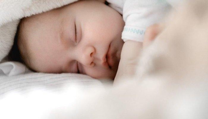 bé sơ sinh ngủ