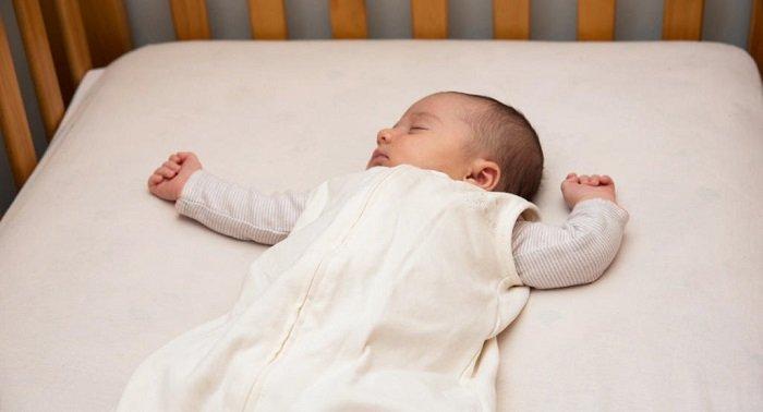bé sơ sinh ngủ trong cũi