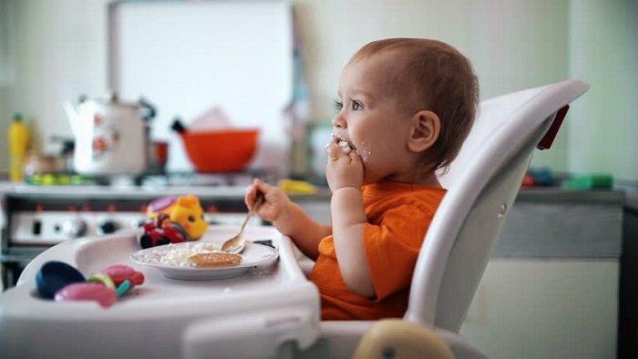 bé tập ăn