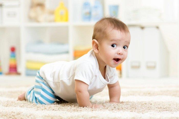 bé trai 9 tháng tuổi