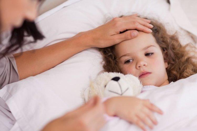 bé gái mắc Covid-19 và bé bị sốt