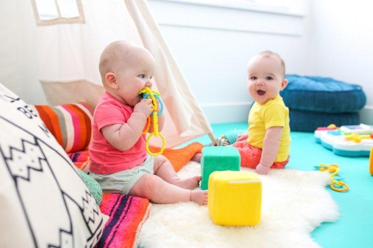 trẻ 12 tháng biết làm gì khi chơi cùng bạn, nhận biết được đồ chơi ưa thích