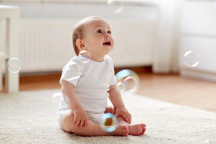 sự phát triển của trẻ 6-7 tháng tuổi về khả năng ngồi.