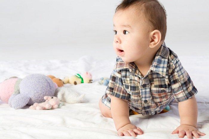 sự phát triển của bé 5-6 tháng tuổi về khả năng bò