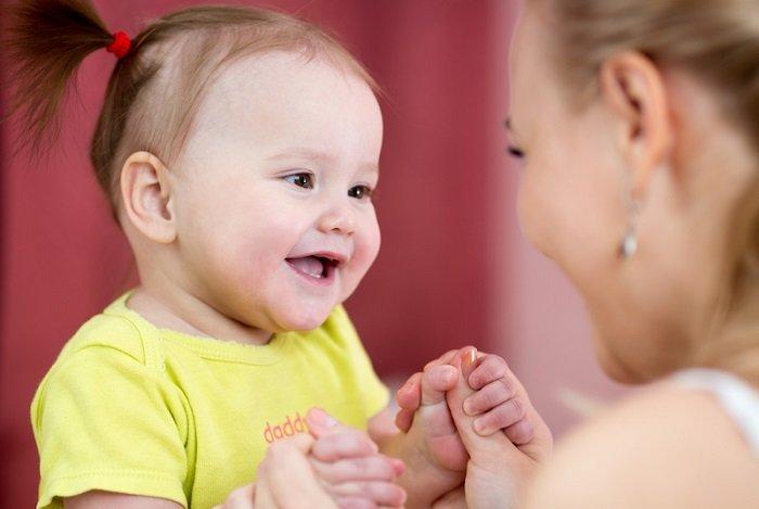 mẹ trò chuyện với bé 9 tháng tuổi