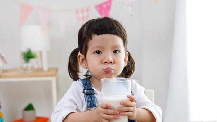 bé gái uống sữa