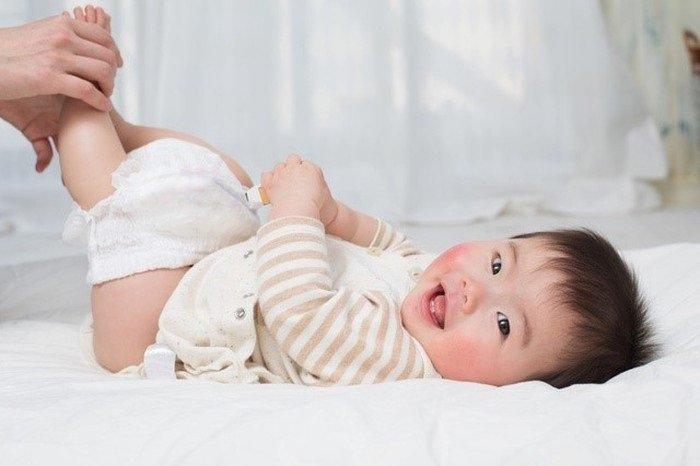 Cách trị hăm cho bé đó là làm sạch vùng da đeo tã của bé