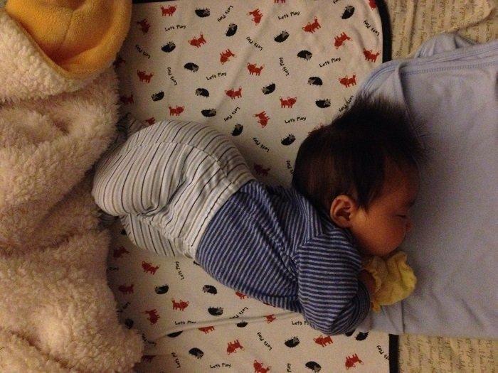 trẻ sơ sinh cong người trên giường, ngôn ngữ cơ thể