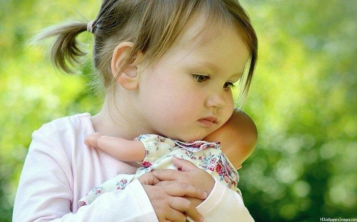 bé gái 2 tuổi ôm búp bê